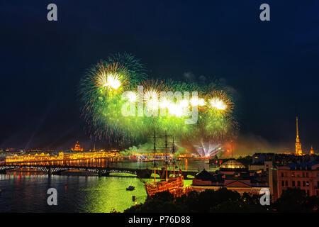 Festliche Feuerwerke in St. Petersburg. Scarlet Sails Feier in St. Petersburg. - Stockfoto