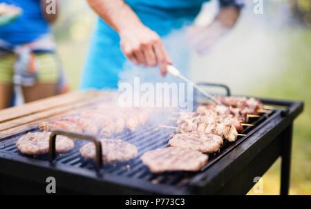 Gerne Studenten mit Grill im Sommer Tag - Stockfoto