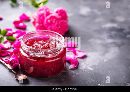 Hausgemachte Marmelade aus Rosenblättern. Selektiver Fokus - Stockfoto