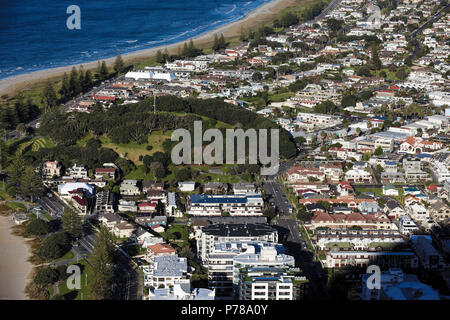 Hohe Betrachtungswinkel von Mount Maunganui und Küste, Tauranga, Neuseeland - Stockfoto
