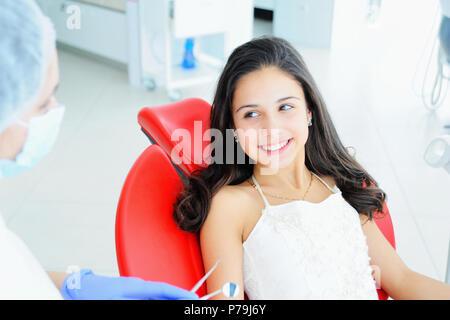 Junge schöne Mädchen in der Zahnarztpraxis. Kinder Zahnarzt untersucht die Zähne zu einem Kind. - Stockfoto