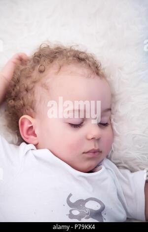 Schlafendes Baby Boy. Nahaufnahme Porträt einer schönen schlafenden Baby Boy im Bett. - Stockfoto
