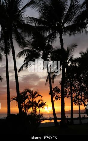 Leute, die sich der Sonnenuntergang am Strand von Waikiki, Waikiki, Honolulu, Oahu, Hawaii, USA. - Stockfoto