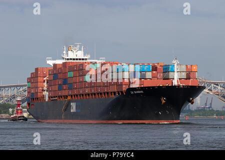 Das containerschiff ZIM Shanghai der ausgehende Port Elizabeth für den New Yorker Hafen, Bayonne Bridge und Newark Bay in der Ferne. - Stockfoto