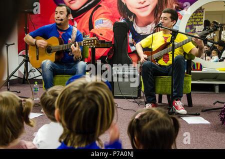 Lima, Peru - 25. Mai 2018: Band für Kinder Troly und El Lobito. Die Jungs singen für Kinder. - Stockfoto