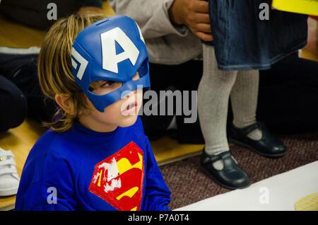 Lima, Peru - 25. Mai 2018: Kind verkleidet als ein Superheld. Junge gekleidet wie ein Superheld mit einer verlorenen suchen - Stockfoto