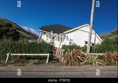 Kamera gekippt ungewöhnlicher Blick von Baldwin Street, Dunedin, eine der steilsten Straßen der Welt, um zu zeigen - Stockfoto