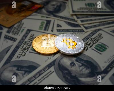 """Bitcoins, Neue virtuelle Geld Konzept. Gold bitcoins mit Kreditkarte und Dollars"""" Hintergrund. Goldene Münzen mit Symbol Buchstabe B. Bergbau oder blockchain Tech - Stockfoto"""