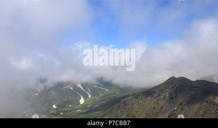 Sommer Schnee unter Wolken auf Hokkaido Berge sichtbar - Stockfoto