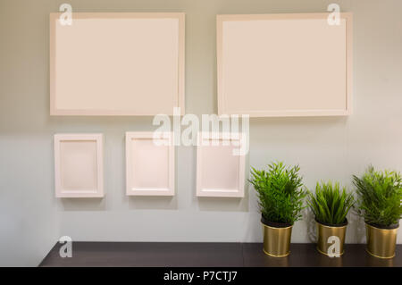 leere bilderrahmen auf einer wei en wand angeordnet stockfoto bild 50841384 alamy. Black Bedroom Furniture Sets. Home Design Ideas