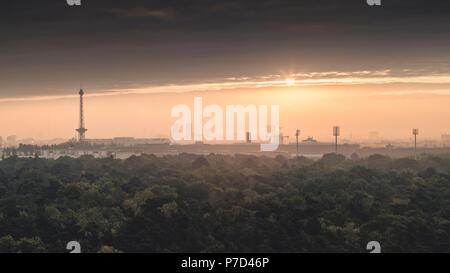 Berliner Funkturm und City West bei Sonnenaufgang, Berlin, Deutschland - Stockfoto