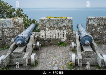 Zwei große Messing Kanonen auf dem externen Mauern von St. Michaels Mount Fortress, Marazion in der Nähe von Penzance, Cornwall, Großbritannien - Stockfoto