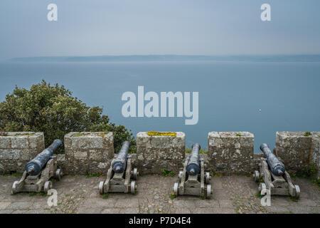 Vier große Messing Kanonen auf dem externen Mauern von St. Michaels Mount Fortress, Marazion in der Nähe von Penzance, Cornwall, Großbritannien - Stockfoto