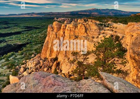 Sandstein Täuschungen über Lavafeld bei El Malpais National Monument, Sonnenuntergang, Mt Taylor in San Mateo Berge in der Ferne, New Mexico, USA - Stockfoto