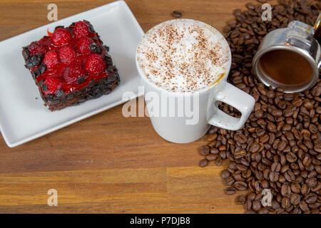 cappuccino gro e tasse kaffee mit milchschaum steht ber altpapier auf holztisch in cafeteria. Black Bedroom Furniture Sets. Home Design Ideas