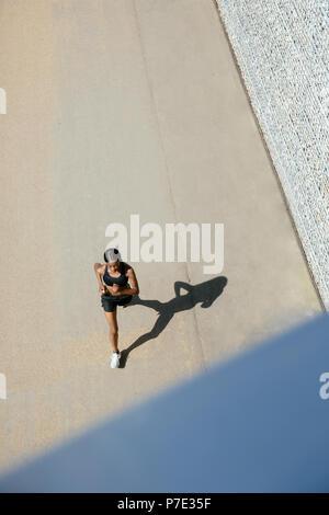 Junge Frau, die auf Strecke - Stockfoto