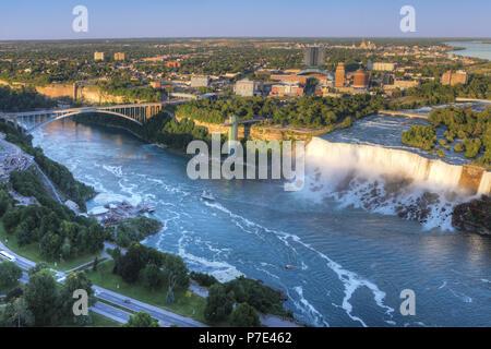 Eine Antenne der Regenbogenbrücke und American Falls - Stockfoto