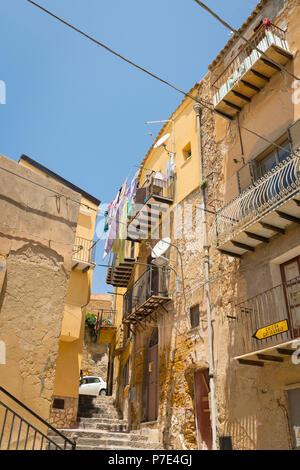 Italien Sizilien Agrigent Altstadt schmalen, steilen Straßen Szene steinerne Stufen Treppen pflanzen Pflanzgefäße Kaktus Kakteen Häuser Balkone abflußrohr Zeichen Kathedrale - Stockfoto