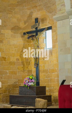 Italien Sizilien Agrigent Altstadt Kathedrale Duomo Kathedrale Museo Diocesano Kirche Religion Christ-katholischen Kruzifix Kreuz Bündel Blumen - Stockfoto