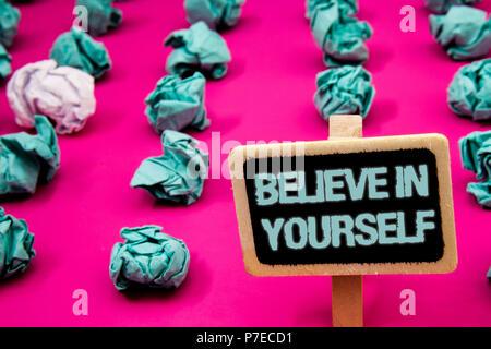 Text Zeichen zeigt an sich glauben. Konzeptionelle foto Bestimmung Positivität Mut Vertrauen glauben Glauben Tafel mit weißer Brief rosa Base muc - Stockfoto