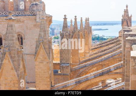 Blick von der Terrasse der Kathedrale Santa Maria von Palma, auch als La Seu bekannt. Palma De Mallorca, Spanien - Stockfoto