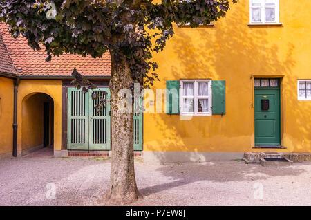 Fuggerei, Augsburg, Bayern, Deutschland - Typische Eingänge zu den Armenhäusern. - Stockfoto