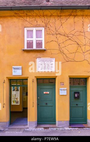 Fuggerei, Augsburg, Bayern, Deutschland - Das Haus in Mittlere Gasse Nr. 14, wo Wolfgang Amadeus Mozarts Urgroßvater lebte. - Stockfoto