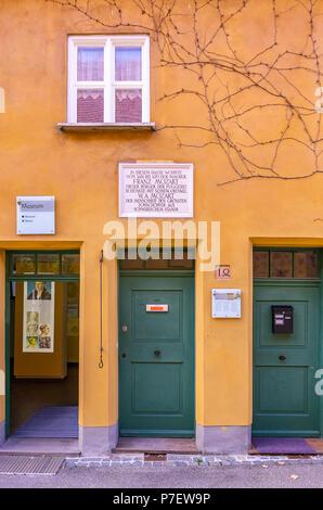 Augsburg, Bayern, Deutschland - 10. September 2015: Fuggerei sozialer Wohnungsbau - Mittlere Gasse Nr. 14, wo Mozart's Großvater lebte. - Stockfoto