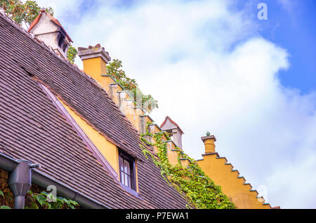 Augsburg, Bayern, Deutschland - 10. September 2015: Blick auf typische Dach Architektur sowie Giebel in der Fuggerei sozialer Wohnungsbau Bereich intensiviert. - Stockfoto