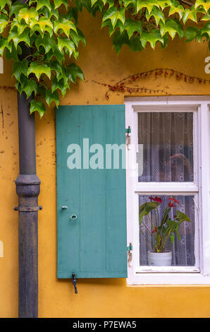 Augsburg, Bayern, Deutschland - 10. September 2015: Typische Fenster mit Fensterläden auf eines der Häuser in der Fuggerei sozialen Wohnungsbau. - Stockfoto