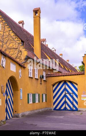 Fuggerei, Augsburg, Bayern, Deutschland - Außenansicht des Gebäudekomplexes mit Toren an Jakob's Square (jakobsplatz). - Stockfoto