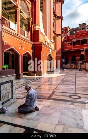 Mai 27,2018. Kolkata, Indien. Ein nicht identifiziertes muslimischen Mann zu Allahs bei Nakhoda Masjid, die hauptmoschee von Kolkata, Indien, zu beten, in der Chitpur Bereich - Stockfoto