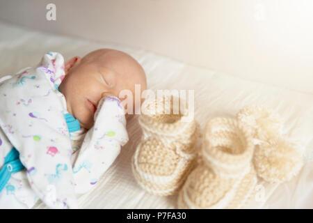 Süßes neugeborenes Baby schläft in der kinderstube beim Wechseln der Windeln - Stockfoto