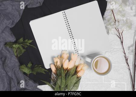 Spirale Notebook mit leeren Seiten auf Holz Hintergrund geöffnet. Rustikale Nostalgie mit kopieren. - Stockfoto