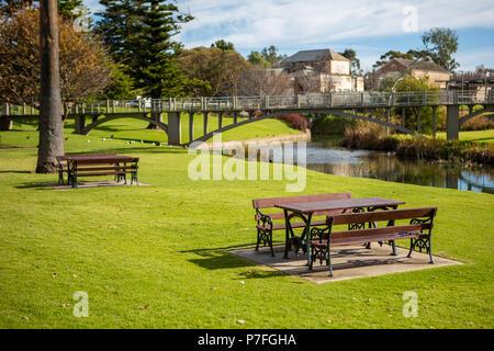 Das Picknick Tische an der Soldaten Memorial Garden in Strathalbyn Australien am 2. Juli 2018 - Stockfoto
