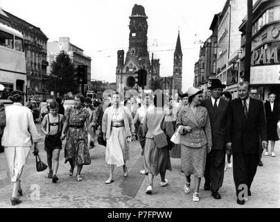 Ein Bummel über den Ku'damm, Kurfürstendamm, im Hintergrund die Gedächtniskirche, ca. 60er Jahre, Berlin, Deutschland - Stockfoto