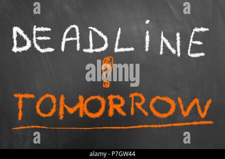Stichtag morgen Kreide auf Tafel oder Tafel wie Zeitdruck, Stress arbeit Prüfung durch Konzept - Stockfoto
