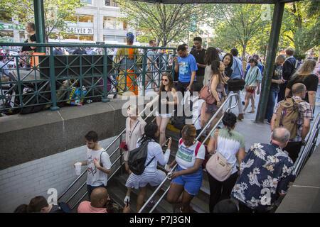 Treppen zum und vom Union Square U-Bahn Station sind immer an der 14th Street in New York City voll. - Stockfoto