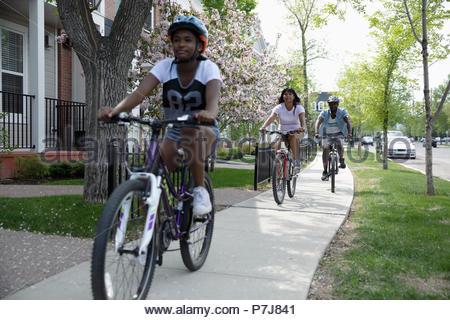 Familie Fahrrad fahren auf Nachbarschaft Bürgersteig - Stockfoto