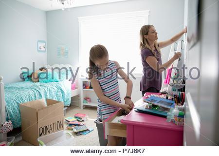 Mutter und Tochter Reinigung Zimmer, Spenden. - Stockfoto