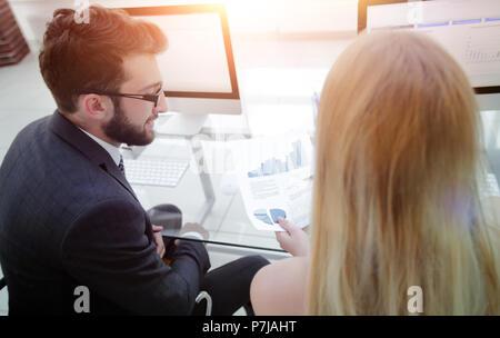 Nahaufnahme der Mitarbeiter des Unternehmens arbeiten mit Finanzinformationen - Stockfoto