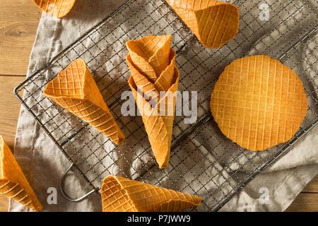 Knusprig hausgemachte Waffel Eistüten bereit zu Essen - Stockfoto