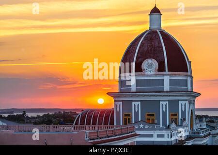 Antiguo Ayuntamiento, der Heimat der Provinzregierung Gebäude bei Sonnenuntergang in Cienfuegos, Kuba. - Stockfoto