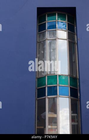 Runde Fenster am Blauen Haus. - Stockfoto