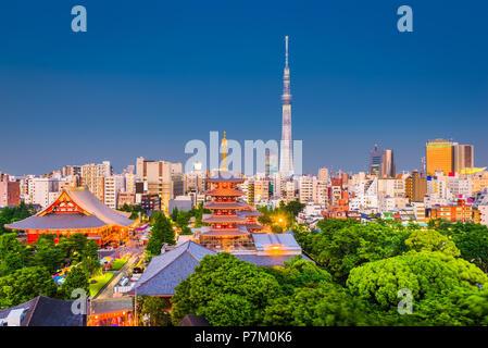 Tokio, Japan Skyline der Stadt über Asakusa in der Dämmerung. - Stockfoto