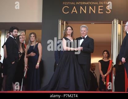 """Mai 21, 2017 - Cannes, Frankreich: Dustin Hoffman und seiner Frau Lisa Hoffman nehmen an der """"meyerowitz Geschichten 'Premiere während des 70. Filmfestival in Cannes. Dustin Hoffman et Lisa Hoffman lors du 70eme Festival de Cannes. *** Frankreich/KEINE VERKÄUFE IN DEN FRANZÖSISCHEN MEDIEN *** - Stockfoto"""