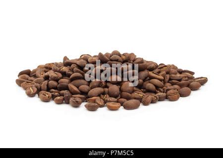 Ein Haufen von Kaffeebohnen auf einem weißen Hintergrund. Stockfoto
