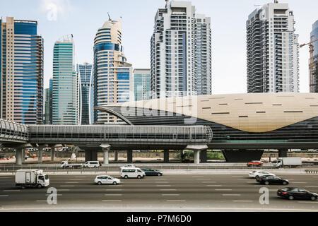 Futuristischer Bau der Dubai Metro Station und Autobahn in Dubai, Vereinigte Arabische Emirate - Stockfoto
