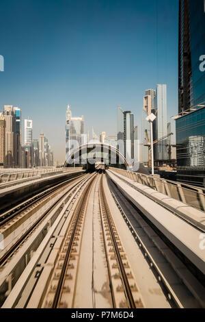 U-Tracks in der Sheikh Zayed Road, Dubai, Vereinigte Arabische Emirate - Stockfoto