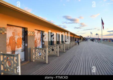 Frankreich, Calvados, Pays d'Auge, Deauville, den Strand, die Promenade des Planches (Bühne), gefüttert mit Strand Kabinen mit dem Namen einer Berühmtheit, die im Deauville Festival des amerikanischen Kinos teilgenommen - Stockfoto